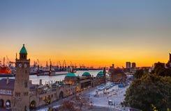 El puerto de Hamburgo en la puesta del sol Imagenes de archivo