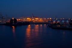 El puerto de Hamburgo por noche imagenes de archivo