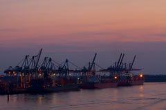 El puerto de Hamburgo por noche foto de archivo