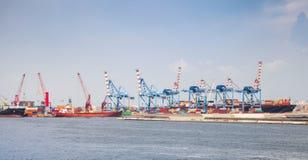 El puerto de Nápoles, paisaje urbano con el envase cranes Imagen de archivo libre de regalías