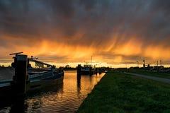 El puerto del Gouda, Holanda con una puesta del sol colorida fotografía de archivo libre de regalías