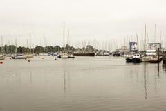 El puerto deportivo abarrotado en el hogar del puerto de Lymington al club náutico real de Lymington Adquirido un día gris embota Fotografía de archivo libre de regalías