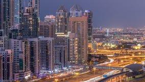 El puerto deportivo de Dubai con tráfico en jeque zayed día del panorama del camino a las luces del timelapse de la noche se gira almacen de metraje de vídeo