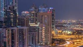El puerto deportivo de Dubai con tráfico en jeque zayed día del panorama del camino a las luces del timelapse de la noche se gira almacen de video