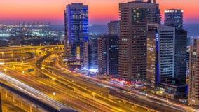 El puerto deportivo de Dubai con tráfico en jeque zayed día del panorama del camino a las luces del timelapse de la noche se gira metrajes