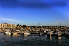 El puerto deportivo en Revere, Massachusetts con los apartamentos en el fondo foto de archivo libre de regalías