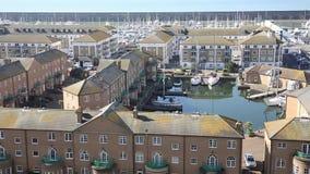El puerto deportivo Sussex del este Inglaterra Reino Unido de Brighton con el tiempo hermoso ayuna cacerola