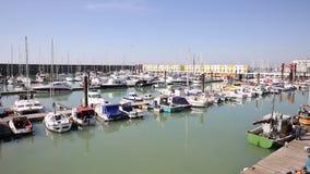 El puerto deportivo Sussex del este Reino Unido de Brighton con el tiempo hermoso ayuna cacerola almacen de video