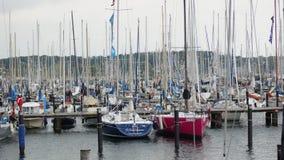 el puerto deportivo y el barco de los deportes abrigan - el schilksee de Kiel Foto de archivo libre de regalías