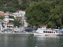 El puerto en el pueblo de Neos Marmaras, Sithonia, Grecia Foto de archivo libre de regalías
