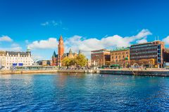 El puerto en la ciudad de Helsingborg Paisaje urbano con los edificios modernos e históricos Ciudad portuaria sueca fotografía de archivo libre de regalías