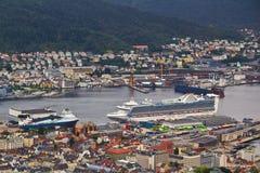 El puerto industrial de Bergen con las grúas y el passendger envían Imágenes de archivo libres de regalías