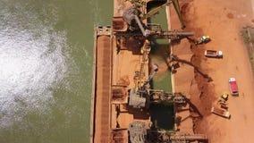 El puerto industrial del cargo con el funcionamiento cranes en el río Danubio almacen de video