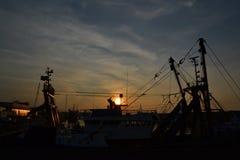 El puerto industrial en la puesta del sol Imágenes de archivo libres de regalías