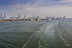 El puerto klang cranes los envases y envía Malasia imagenes de archivo