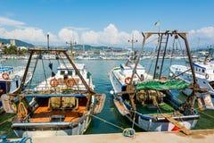 El puerto marítimo ocupado con las naves y los barcos atracó adentro Imágenes de archivo libres de regalías