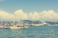 El puerto marítimo ocupado con las naves y los barcos atracó adentro Imagen de archivo libre de regalías