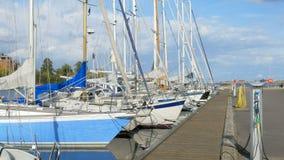 El puerto moderno para los veleros, los yates amarrados está recargando los acumuladores, reflexión del agua almacen de video