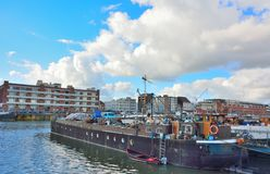 El puerto olvidado en Gante, barcos vivos y fábricas foto de archivo libre de regalías