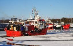 El puerto pesquero en invierno, barco de pesca va para la pesca, barco rastreador, Kolobrzeg, Polonia imagen de archivo