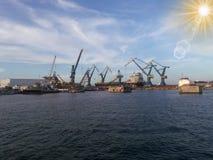 El puerto rojo de Veracruz cranes líneas y la acción de barras de hierro Imagen de archivo