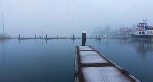 El puerto y el canotaje atraca en una mañana brumosa Fotografía de archivo