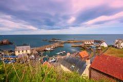el puerto y el pueblo en St Abbs, Escocia Fotografía de archivo