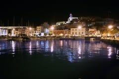 El puerto y la ciudad de la isla de Ibiza bajo noche se encienden imágenes de archivo libres de regalías