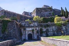 El puerto y la nueva fortaleza de Corfú en la ciudad principal da la bienvenida a trazadores de líneas de la travesía Foto de archivo