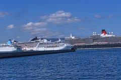 El puerto y la nueva fortaleza de Corfú en la ciudad principal da la bienvenida a trazadores de líneas de la travesía Foto de archivo libre de regalías