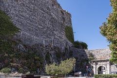 El puerto y la nueva fortaleza de Corfú en la ciudad principal da la bienvenida a trazadores de líneas de la travesía Fotos de archivo