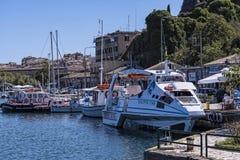 El puerto y la nueva fortaleza de Corfú en la ciudad principal da la bienvenida a trazadores de líneas de la travesía Fotografía de archivo