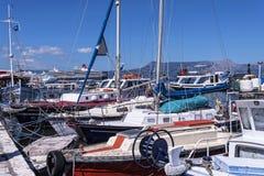 El puerto y la nueva fortaleza de Corfú en la ciudad principal da la bienvenida a trazadores de líneas de la travesía Imágenes de archivo libres de regalías