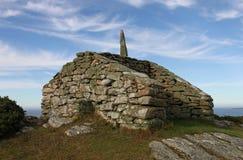 El puesto de observación y la manera señalan, Rhoscolyn, Anglesey, País de Gales Fotografía de archivo