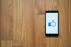 El pulgar de Facebook para arriba tiene gusto en smartphone Imagen de archivo