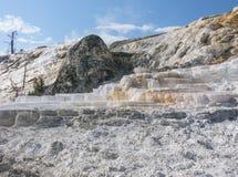 El pulgar del diablo y terrazas gigantescas de las aguas termales Foto de archivo