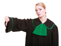 El pulgar polaco del vestido de la obra clásica del abogado que lleva de sexo femenino abajo gesticula Foto de archivo libre de regalías