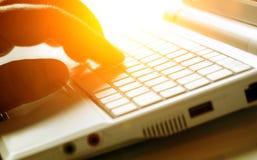 El pulsar en el teclado de la computadora portátil Foto de archivo