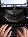 El pulsar en la máquina de escribir vieja Fotos de archivo