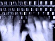 El pulsar en las manos borrosas del teclado Imágenes de archivo libres de regalías