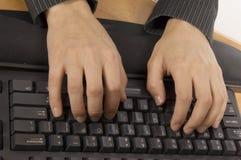 El pulsar en un teclado imagen de archivo libre de regalías