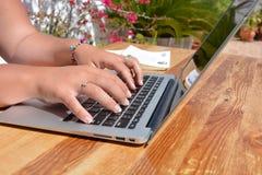 El pulsar en un teclado de la computadora port?til imagen de archivo