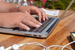 El pulsar en un teclado de la computadora port?til imagenes de archivo