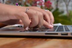 El pulsar en un teclado de la computadora port?til fotos de archivo libres de regalías