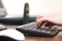 El pulsar en un teclado de ordenador Imagen de archivo libre de regalías