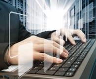 El pulsar en una computadora portátil Foto de archivo libre de regalías