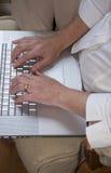 El pulsar en una computadora portátil Foto de archivo