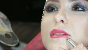 El punto culminante de Blendable con el cepillo profesional se aplica a la cara del cierre modelo para arriba Modelo de la chica  metrajes