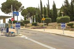 El punto de control del vehículo en el camino de resbalón a la entrada a los edificios israelíes del Knesset del parlamento en Je fotos de archivo