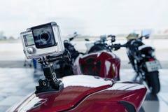 El punto de la cámara de la acción montó en la parte posterior de la motocicleta del deporte Fotografía de archivo